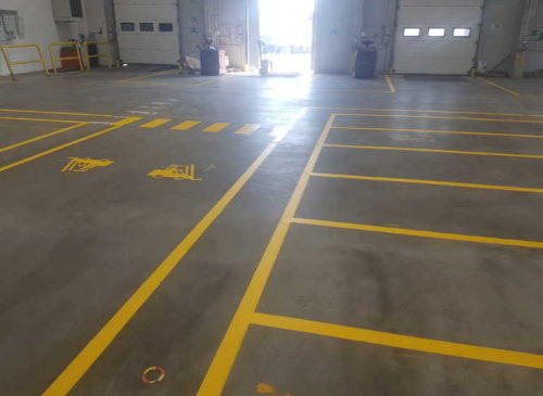 Malowanie linii w halach